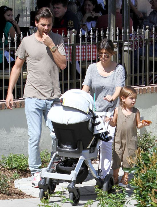 Rodzina Kourtney Kardashian wybra�a obiad na mie�cie (FOTO)