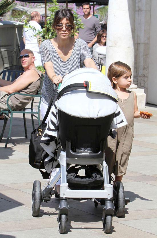 Rodzina Kourtney Kardashian wybrała obiad na mieście (FOTO)