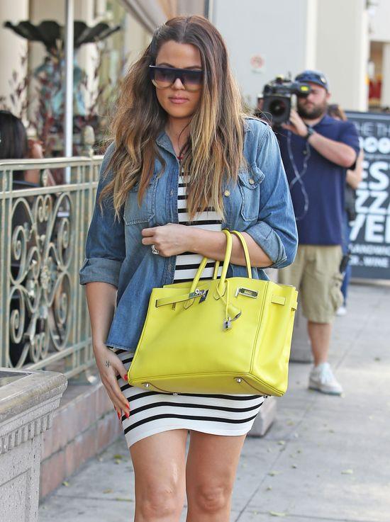 Khloe Kardashian skrępowana seksowną mini (FOTO)