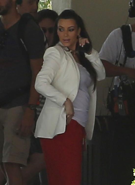 Czy Kim Kardashian ściska czymś brzuch? (FOTO)