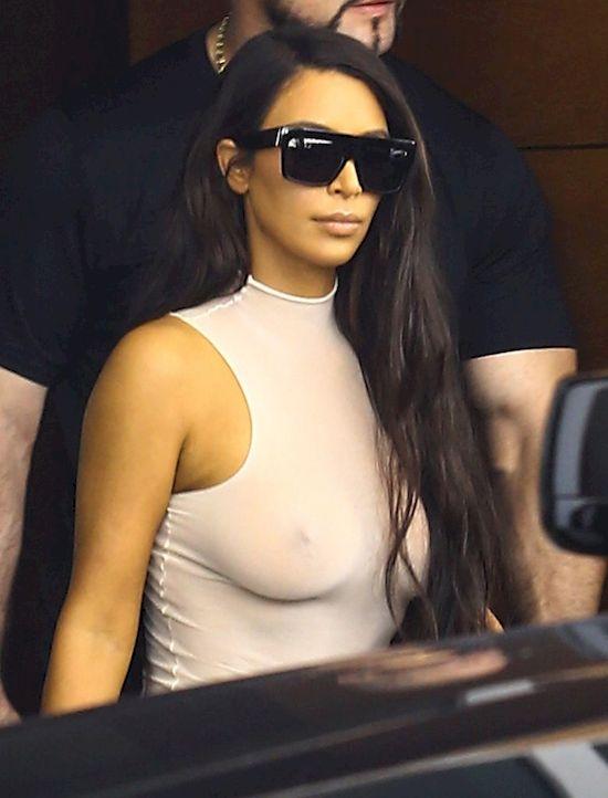 Kim Kardashian zaatakowana na ulicy! Mężczyzna pocałował ją... w tyłek (VIDEO)