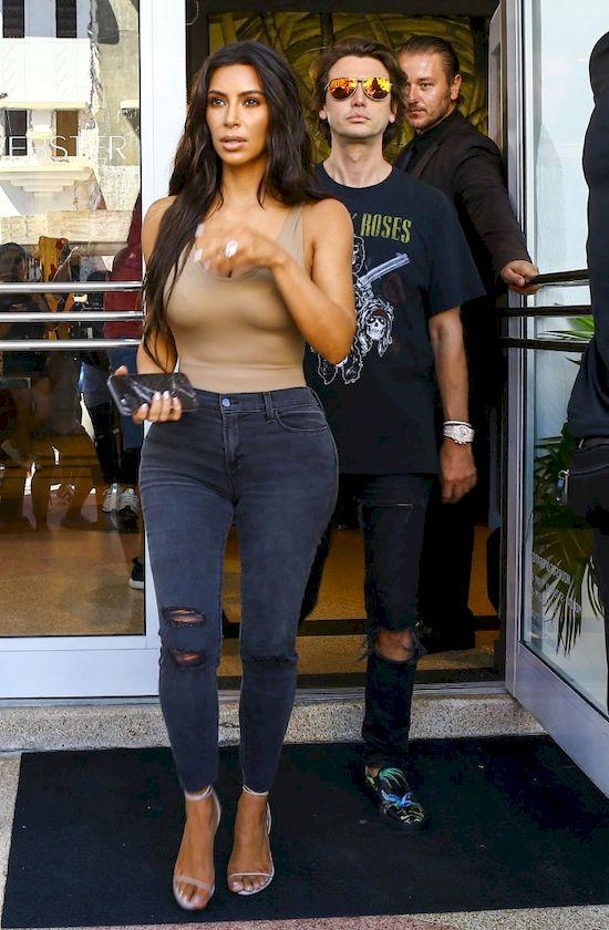 Gdzie przebywa� ochroniarz Kim Kardashian w chwili napadu?