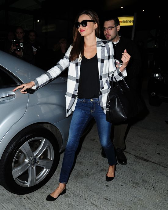 Ona nie może spokojnie przejść przez lotnisko (FOTO)