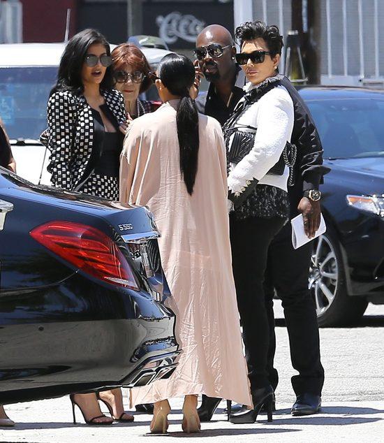 Kim Kardashian eksponuje brzuch - z rodziną w teatrze (FOTO)