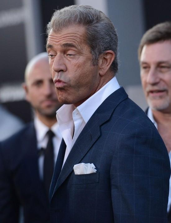 Mel Gibson poluje na Katie Holmes