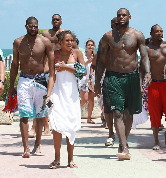 LeBron James pokazuje swoj� seksown� klat� (FOTO)