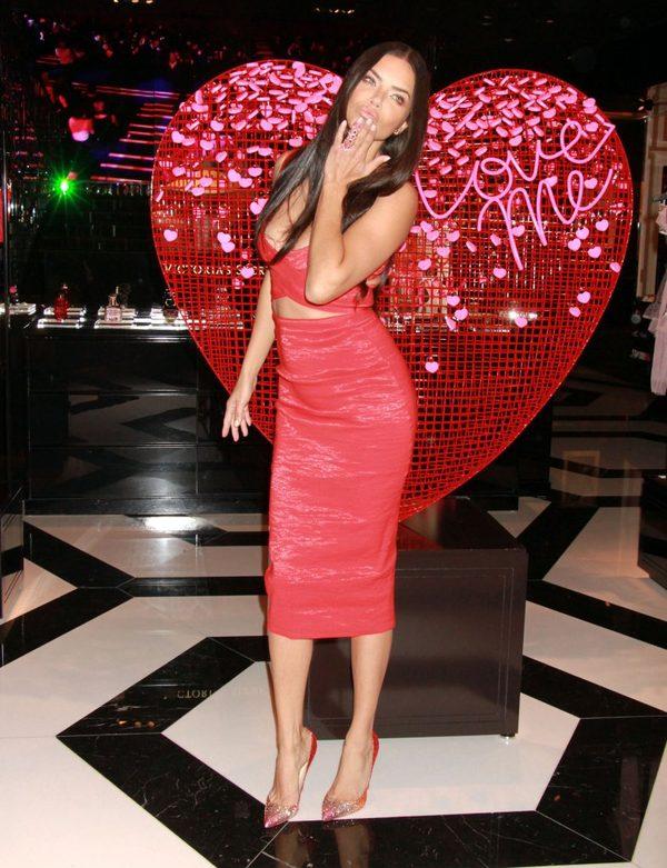 Adriana Lima jako Walentynka Victoria's Secret (FOTO)