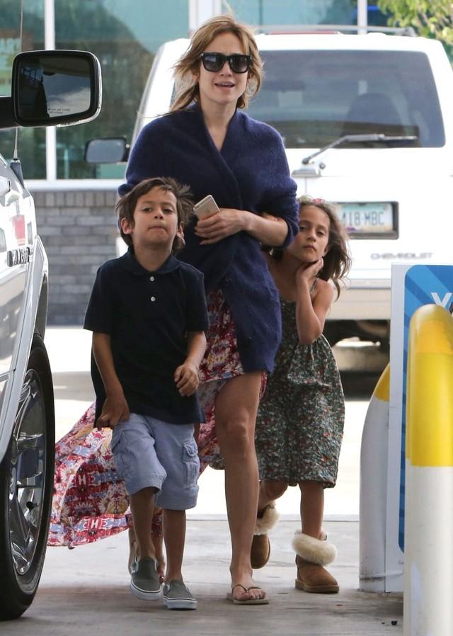 Jennifer Lopez twierdzi, że jest singielką, ale... (FOTO)