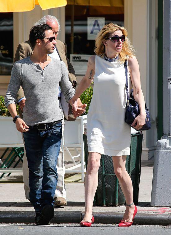 Z kim Courtney Love trzyma się za ręce? (FOTO)
