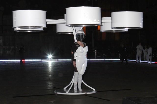 Lady Gaga pokaza�a… lataj�c� sukienk�! (FOTO)