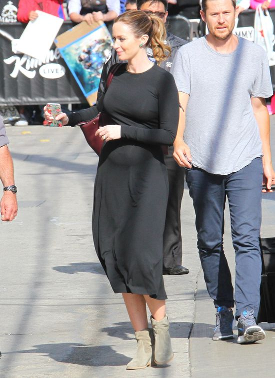 Emily Blunt pokazuje sw�j CI��OWY brzuch