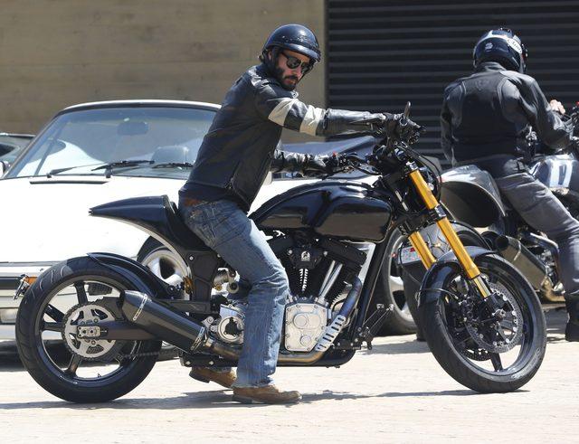Keanu Reeves pokazał środkowy palec paparazzi (FOTO)