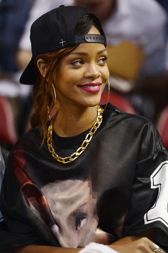 Rihanna obwieszona biżuterią wysyła jasny przekaz (FOTO)