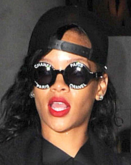 Rihanna chce sobie dodać klasy nosząc Chanel? (FOTO)