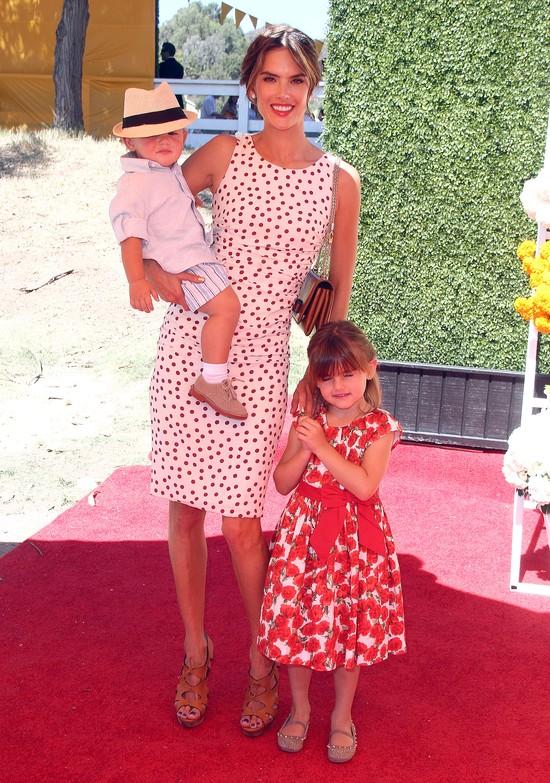 Alessandra Ambrosio pozuje z synkiem i córką (FOTO)