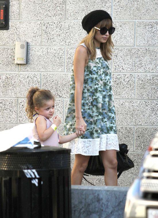 Nicole Richie - modna mama idzie na koncert (FOTO)