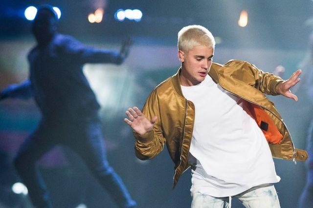 Justin Bieber obraził swojego fana, kiedy dawali mu prezenty! (VIDEO)