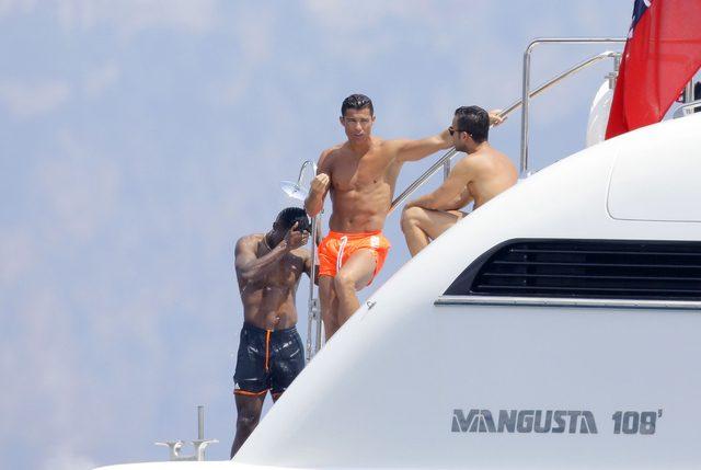 Cristiano Ronaldo wypoczywa na jachcie (FOTO)