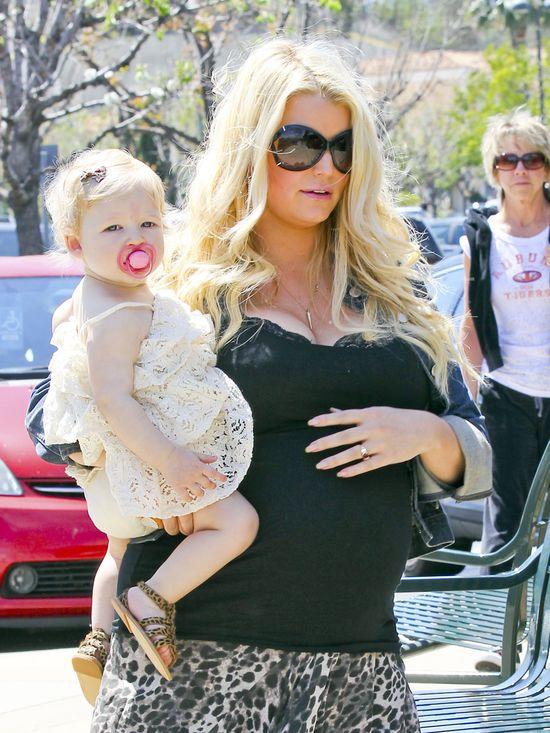 Jessica Simpson nie przejmuje się stylem w ciąży (FOTO)