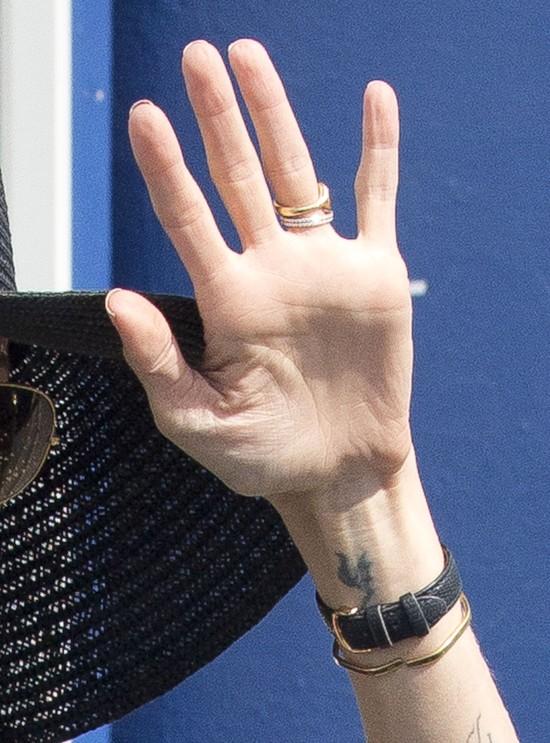 Angelina Jolie cierpi z powodu implant�w piersi