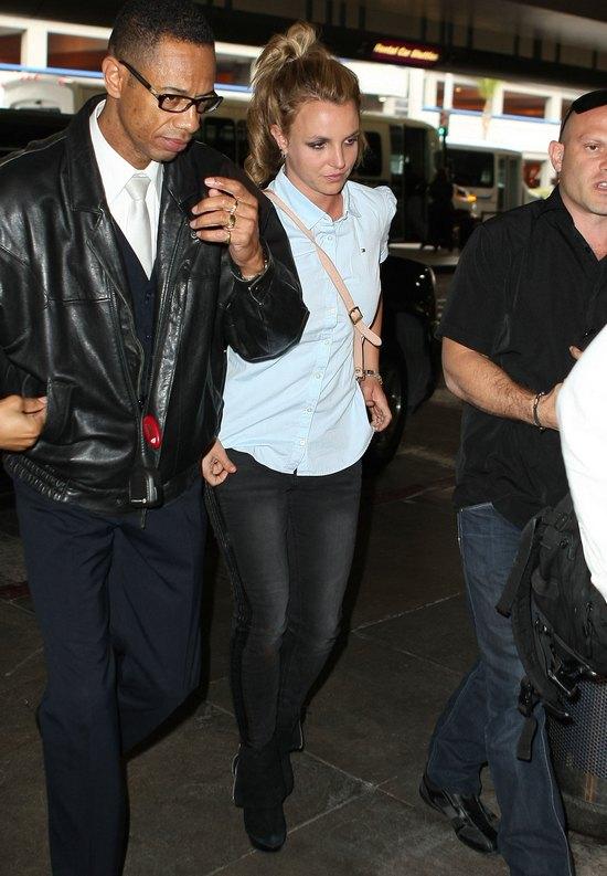 Britney Spears z dziećmi na lotnisku (FOTO)