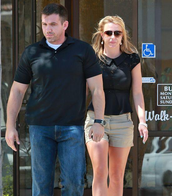 ochroniarz eskortuje Spears do salonu pielęgnacji paznokci