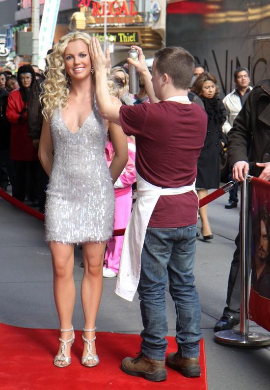 Britney Spears stoi, a wokół niej robią… (FOTO)