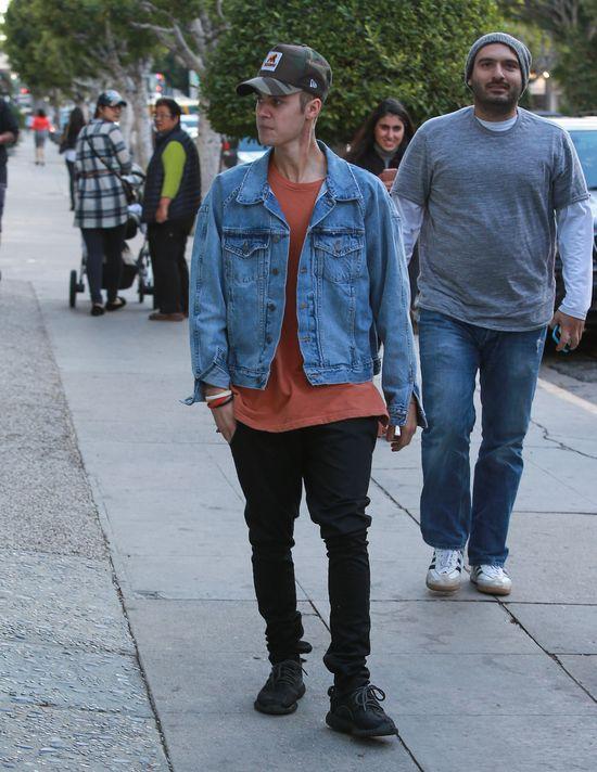 Justin Bieber chodził w parku... po drzewie. Co on BRAŁ?! (VIDEO)