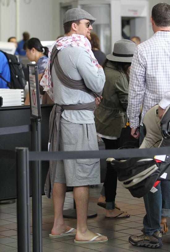 Channing Tatum z �on� i c�reczk� na lotnisku (FOTO)