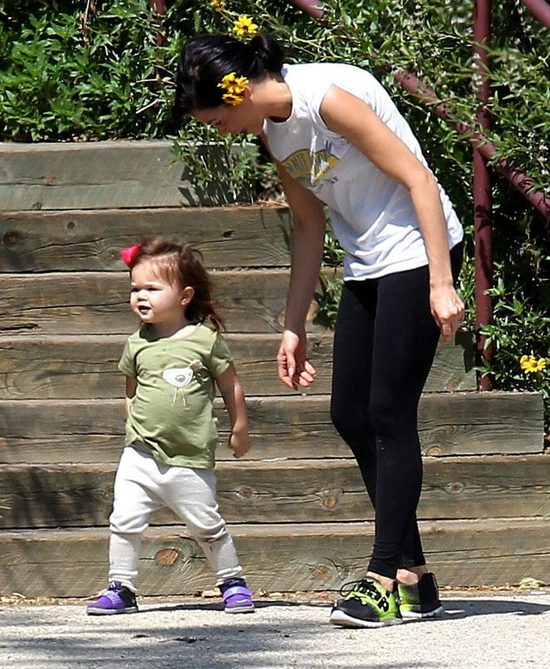 Tatuś mógłby trochę potrenować dźwigając córeczkę (FOTO)