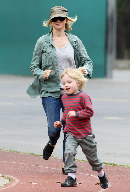 Naomi Watts szaleje w parku z całą rodzinką (FOTO)