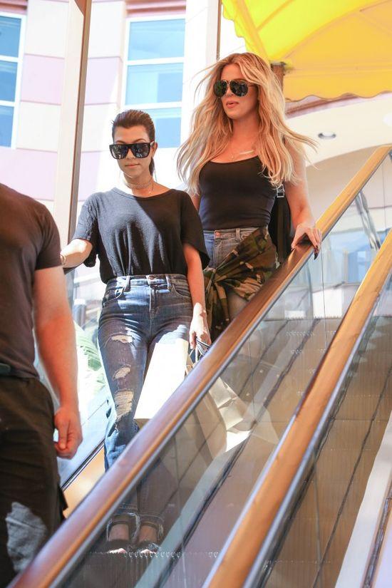 Wpadka? Nawet Kourtney Kardashian �mia�a si� z but�w Khloe! (FOTO)