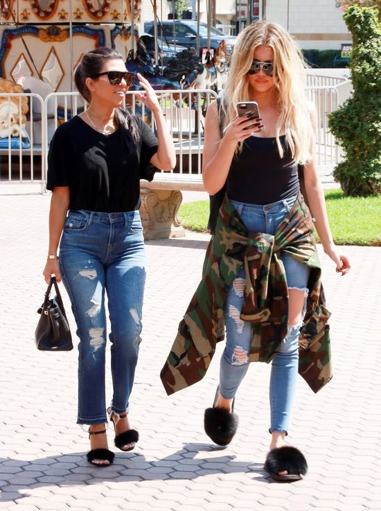 Wpadka? Nawet Kourtney Kardashian śmiała się z butów Khloe! (FOTO)