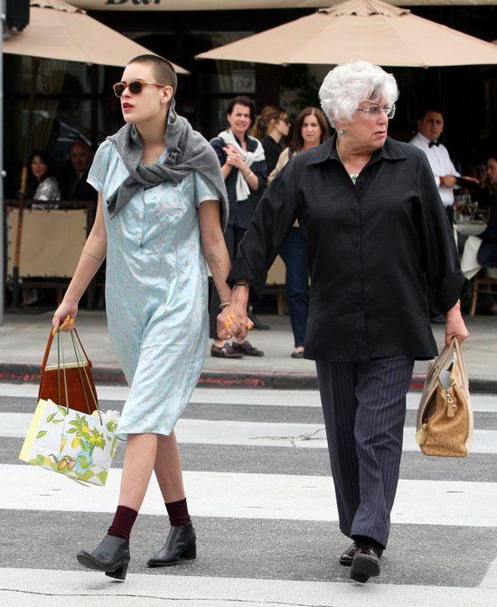 Poszła na spacer z babcią, więc ubrała się jak babcia (FOTO)