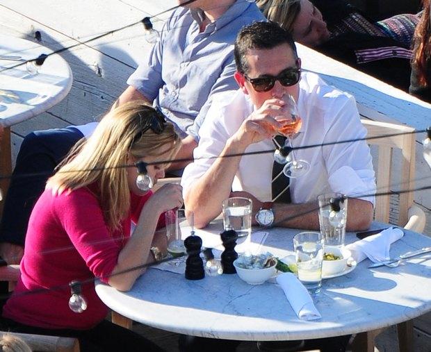 Reese Witherspoon z m�em na drinku (FOTO)