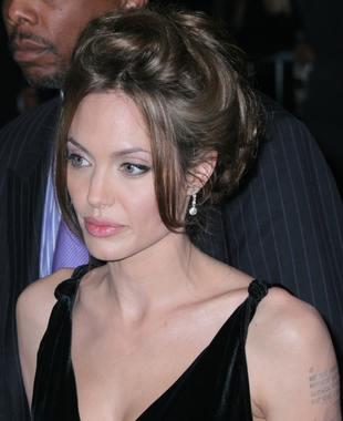 Angelina grozi Bradowi