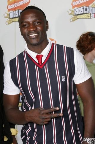 Akon molestuje nastolatkę na scenie
