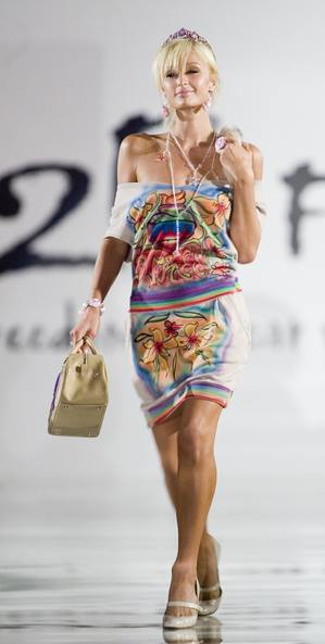Paris Hilton się adaptuje