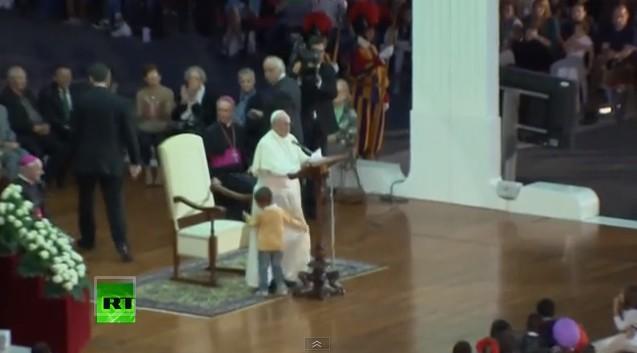 Ten chłopiec zajął krzesło papieżowi! (VIDEO)