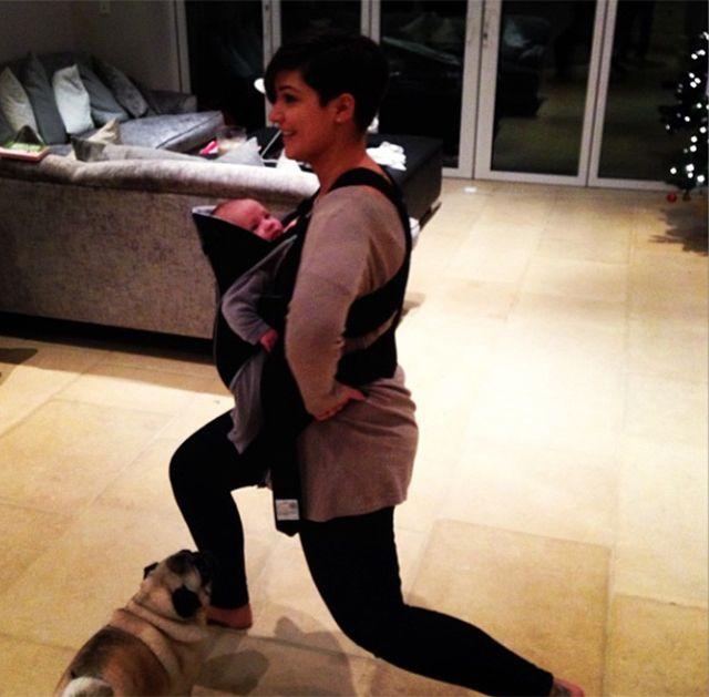 Frankie Sandford ćwiczy z dzieckiem w nosidle (FOTO)