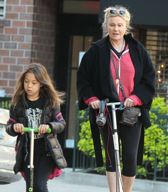Żona Hugh Jackmana z córką na hulajnogach (FOTO)