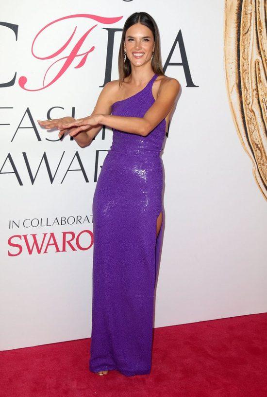 Kreacje i makijaże gwiazd na gali wręczenia nagród CFDA (FOTO)