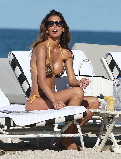 Claudia Galanti, czyli seksowna mama na plaży