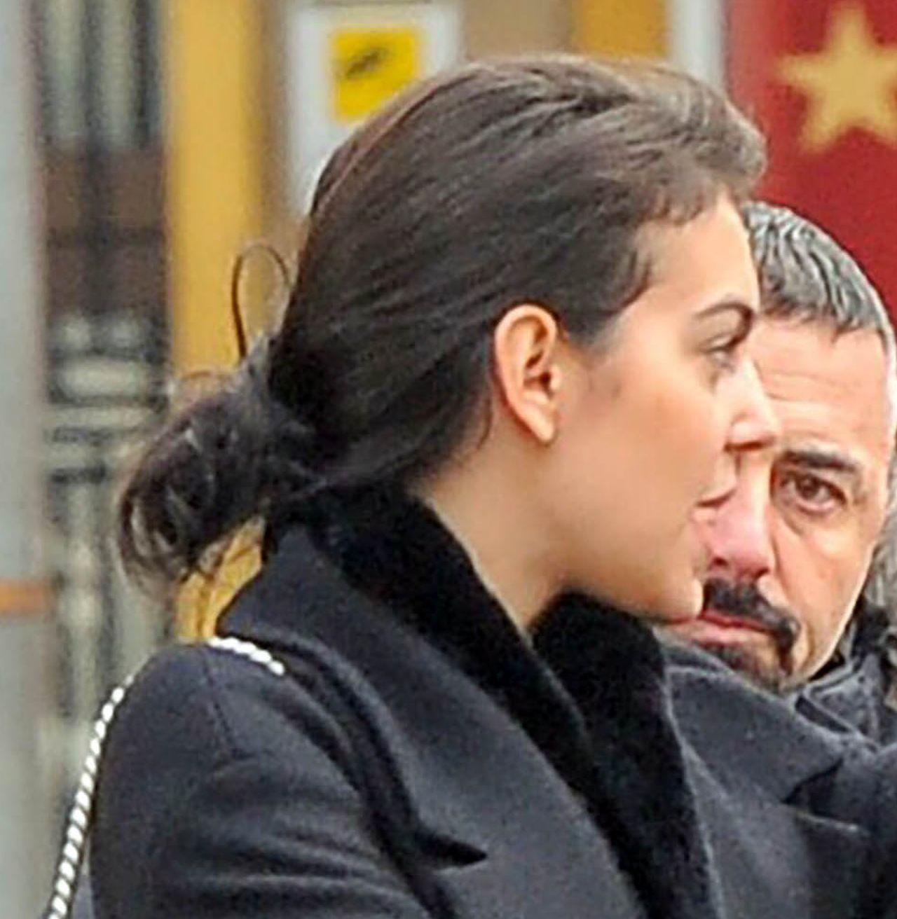 Dziewczyna Cristiano Ronaldo rozczochrana i bez makijażu kupuje bieliznę ZDJĘCIA