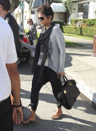 Halle Berry w drodze na lunch z Olivierem Martinezem (FOTO)