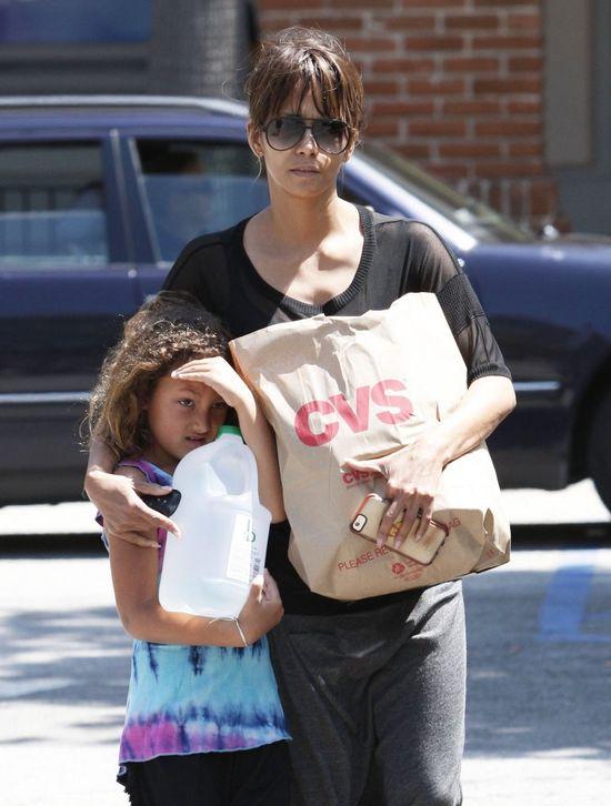 Córeczka Halle Berry bardzo nie lubi paparazzi (FOTO)