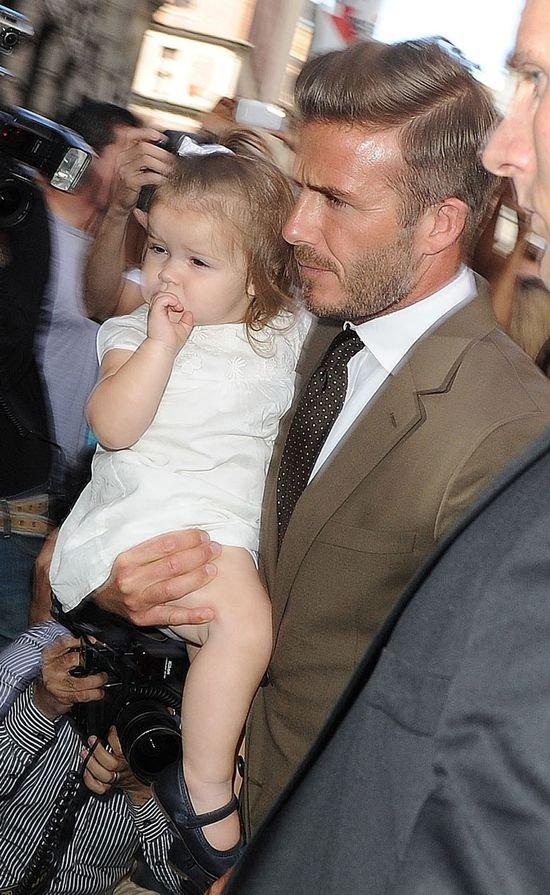 Jej tatuś nosi dziurawe podkoszulki... (FOTO)