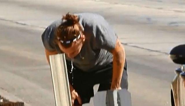 Harry Styles po ostrej imprezie wychodzi z auta i wymiotuje