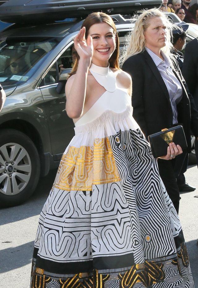 Ten moment, gdy Anne Hathaway wygląda, jakby chciała ukryć 9. miesiąc ciąży (ZDJ