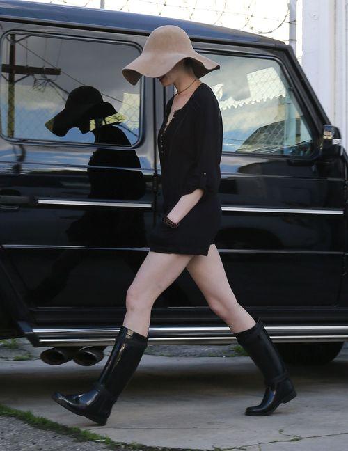 Anne Hathaway ukryła się pod potężnym kapeluszem (FOTO)